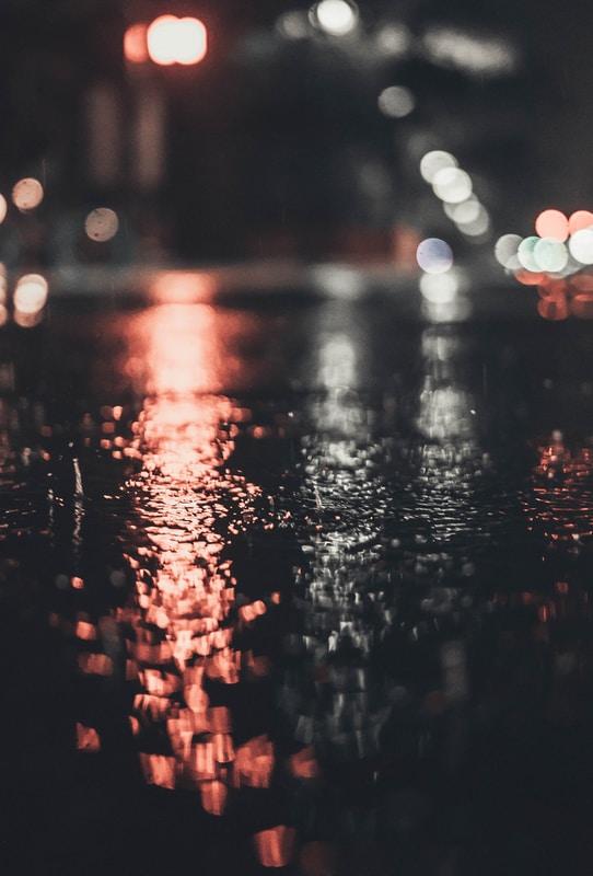 rue nocture, lumière et pluie
